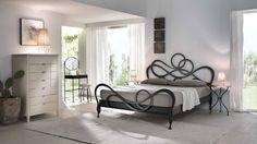 une tête de lit noire en fer forgé et de design original