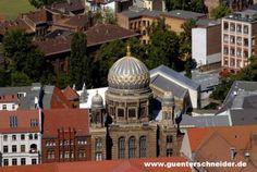 La Nouvelle Synagogue est, avec le Musée juif et le mémorial de l'Holocauste, l'un des sites juifs les plus importants de Berlin. Construite en 1866, lieu de culte juif le plus vaste d'Allemagne pouvant accueillir jusqu'à 3200 personnes, la Neue Synagoge était véritablement un symbole de l'expansion de la communauté juive. Avec 160 000 citoyens juifs en 1933, Berlin était le centre du Judaïsme libéral.