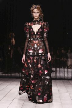 LIVESTREAMING: The Alexander McQueen Fashion Show, ready-to-wear collection Fall Winter 2016 runway show in London