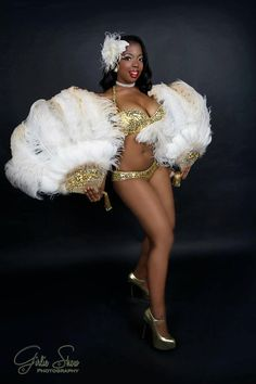White and Gold Feather Fans burlesque costume pinup gorgeous pin-up girl dance Original Halloween Costumes, Star Wars Halloween Costumes, Burlesque Outfit, Burlesque Costumes, Burlesque Vintage, Pin Up Photography, Gold Feathers, Super Hero Costumes, Costume Shop