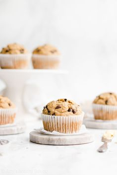 earn how to make moist and fluffy banana muffins from scratch! Only 136 calories and made with no refined flour or sugar! Really easy to make too! Banana Oatmeal Muffins, Chocolate Chip Oatmeal, Chocolate Chips, Breakfast Food List, Breakfast For Kids, Healthy Crockpot Recipes, Healthy Dinner Recipes, Brunch Recipes, Brownies