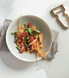 Dieser vegane Papayasalat stammt aus dem Kochbuch vegan Love Story by Tibits und Hiltl. Es schmeckt pikant, exotisch, frisch und erinnert an Urlaub. #vegan #thai #rezept Papaya Salat, Japchae, Thai Red Curry, Ethnic Recipes, Food, Vegan Dishes, Fresh, Easy Meals, Cooking