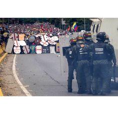 Hemos estado ausente de las redes sociales unos días porque habrán algunos cambios en la cuenta en general. Aún así es imposible quedarse callado con lo que sucede en Venezuela. Tantas cosas sucediendo y la cabeza no da la suma de que en este país vecino con nuestros hermanos latinoamericanos y hermanos de este planeta este sucediendo esta catastrofe este arrebato de la libertad. Arriba Venezuela no pierdan las fuerzas. #todossomosvenezuela #animovenezuela | :@miguelgutierrezphoto