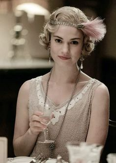 Lily James as Lady Rose MacClare. A perfect expression of grace and classic fashion. Lily James as Lady Rose MacClare. A perfect expression of grace and classic fashion. Flapper Hair, 1920s Hair, Flapper Style, Gatsby Style, Downton Abbey Costumes, Downton Abbey Fashion, Great Gatsby Outfits, Hollywood Glamour, Downton Abbey Season 6