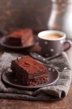 Indice glycémique bas et gourmandise ne sont pas incompatibles, loin s'en faut. Exemple avec le chocolat noir, tout à fait raisonnable à condition de ne pas engloutir la tablette. Mais pour la suite, tout dépend des autres ingrédients entrant en jeu dans la recette ! Et si ce gâteau au chocolat vous tente terriblement, pas de panique, vous êtes sur le bon blog
