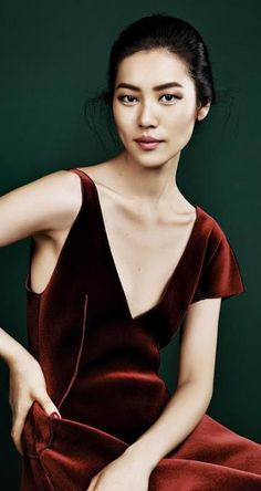 New Season – Liu Wen graces the pages of Elle China's September issue, looking super glam in autumn looks. Trunk Xu photographed the Chinese beauty who recently… Autumn Look, Fall Looks, Liu Wen, Asian Woman, Asian Girl, Xiao Li, Red Velvet Dress, Velvet Gown, Victoria Secret Fashion Show
