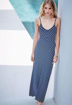Straps and Stripes: fließend ausgestelltes Kleid im asymmetrisch gestreiften Navy-Look mit mittiger Teilungsnaht vorne und hinten.