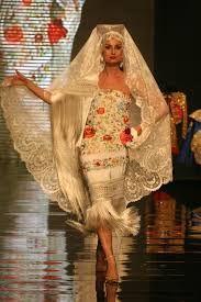 Resultado de imagen de vestidos de fiesta con mantones