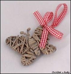 Proutěný motýlek > varianta motýlek Rattan, Wicker, Diy Butterfly, Paper Weaving, Newspaper Crafts, Arts And Crafts, Basket, Christmas Ornaments, Holiday Decor
