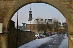 Klosterkirche mit Eingangsbogen in den ehemaligen Klostergarten und zur Klosterpforte, Rockenberg