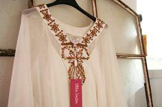 Chica London, här en enkel blus med vackra detaljer runt dekolletaget.