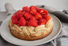 Opskrift på den bedste jordbærtærte med mazarinbund, vaniljecreme og søde, danske jordbær 🍓🍰 Det er en klassisk jordbærtærte, som er nem at lave.