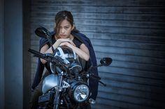 二輪メディアや広告、イベントなどで活躍する美しき女性ライダーたち。体力的なハンデを乗り超え果敢にビッグバイクを操るその姿は、ときとして男性以上にオートバイの本質的魅力を見る者へ伝えるのだ。