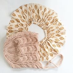 Den nye #kyse kommer til at passe perfekt til E fine krave fra @pierrotlalune_dk #instaknit #knit #knittedhat #knitstagram #strik
