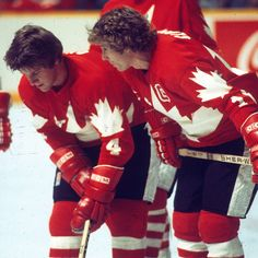 Bobby Clarke and Bobby Orr at the 1976 Canada Cup tournament. Two of the Greatest Ever to lace on a pair of skates. Flyers Players, Ice Hockey Players, Hockey Goalie, Canada Cup, Canada Hockey, Hockey Hall Of Fame, Bobby Orr, Stars Hockey, Boston Bruins Hockey