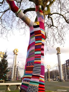 Knit tree at Blijdorp Zoo, Rotterdam. #huismus. Lol, when knitting afghans, mittens, and scarves just doesn't cut it anymore. Yarn Bombing, Tree Art, Public Art, Urban Art, Lovely Things, Mittens, Fiber Art, Graffiti, Crocheting