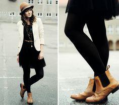 Para quienes prefieran la combinación vestido junto a un blazer Maddy C muestra uno de los básicos en negro y blanco con líneas rectas y falda de gasa. Vestido: H Botas: La Redoute
