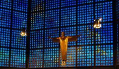 Kaiser Wilhelm Gedächtniskirche Berlin, Germany.  Wände aus über 20.000 Glasfenstern des französischen Glaskünstlers Gabriel Loire, in Chartres vorbereitet. In Berlin hängte man die Raster-Elemente dann in die Stahlkonstruktion der Fassaden ein. Nachts wirken die Bauten farbig illuminiert, tagsüber sind die Innenräume in blaues Licht getaucht. Die doppelwandige Konstruktion des Zentralbaues hält den Lärm der nahe gelegenen, belebten Straßen fern.