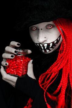 halloween schminke ideen gruselig grinsen malen rote augenlinsen