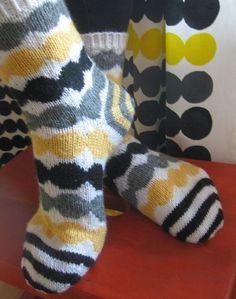 Nämä Marisukat innostivat minutkin Marimekko-sukkaprojektiin (myös muita hienoja toteutuksia olen sittemmin bongannut). Erityisesti noista s... Knitting Charts, Free Knitting, Baby Knitting, Knitting Patterns, Wool Socks, Knit Mittens, Knitting Socks, Fluffy Socks, Fair Isle Knitting