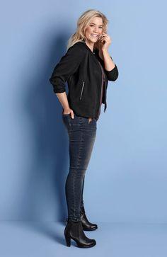 PONADCZASOWY DENIM // TRULYMINE Wąskie dżinsy, modny efekt spranej tkaniny, 229 zł +modna, czarna kurtka z miękkiej tkaniny Tencel®. 229 zł.