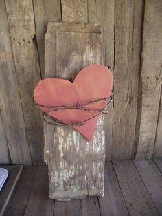 Was man nicht alles aus einem alten Stück Holz, etwas Stacheldraht und einem bemalten Herz aus Sperrholz zaubern kann!