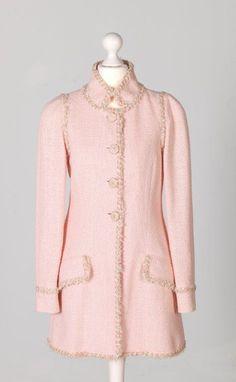Chanel Auktion Lot 78: Chanel Kurzmantel, rosafarbener Boucléstoff, französische Größe 38 (entspricht der deutschen Größe 36) Länge 80 cm, Ärmellänge außen 64 cm. Mehr Information auf der Webiste