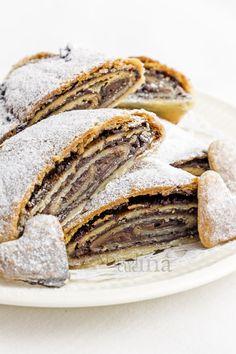 Nutella shortcrust pastry roll discovered by Ʈђἰʂ Iᵴɲ'ʈ ᙢᶓ Italian Almond Cookies, Cookie Recipes, Dessert Recipes, Biscotti Cookies, Shortcrust Pastry, Sweet Pastries, Pie Dessert, Sweet Cakes, Chocolate Desserts