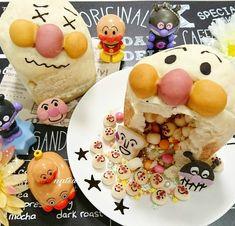パンの中身をくり抜いて、マーブルチョコなどのチョコレート菓子やアラザンをたっぷり詰めた「かくれんぼパン」は、カットすれば中身が溢れ出す楽しいパン。インスタグラマー Natsumiさんが投稿されたかくれんぼパンを皮切りに、徐々に話題になっています!かくれんぼパンの気になるレシピやアレンジをご紹介します! Cute Desserts, Dessert Recipes, Kawaii Dessert, Good Food, Yummy Food, Decadent Cakes, Steamed Buns, Bread Bun, Cafe Food