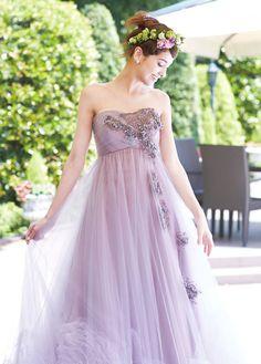 清楚な純白のドレスとは対照的に花嫁を華やかに彩り、輝かせるカラードレス。色とデザイン次第で印象もガラリと変わります。個性を発揮しつつも、パーティの主役にふさわしい、ゲストの羨望を集めるドレスを選びましょう。 Strapless Dress Formal, Prom Dresses, Formal Dresses, Pink Wedding Gowns, Bridal, Color, Fashion, Dresses For Formal, Moda
