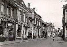 Archief Almelo          archiefnummer: 3474 fotograaf: Jos Pe jaar vervaardiging: 1950 beschrijving: De Grotestraat ter hoogte van de kruising met de Bavinkstraat. plaats: Almelo straat: Grotestraat