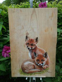 Kleine vosjes op een houten paneel. Met acryl geschilderd door Ineke Nolles.