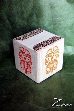 Peinture sur cube en bois