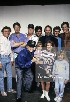 Full House cast with the Beach Boys Full House Memes, Full House Quotes, Best Tv Shows, Favorite Tv Shows, Lori Loughlin Full House, Olsen Sister, Olsen Twins, Fuller House Cast, 1980s Tv Shows
