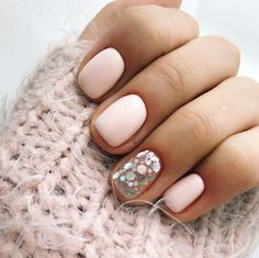The advantage of the gel is that it allows you to enjoy your French manicure for a long time. There are four different ways to make a French manicure on gel nails. Stylish Nails, Trendy Nails, Cute Nails, Manicure And Pedicure, Gel Nails, Nail Polish, Manicure Natural, Milky Nails, Soft Pink Nails