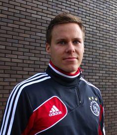 Het vertrek van Stefano Denswil heeft bij menig Ajacied de wenkbrauwen doen fronsen: niet in de laatste plaats omdat zijn concurrent Niklas Moisander al meerdere malen van Ajax te horen kreeg dat hij in de winter mocht vertrekken.