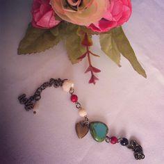 """7 Me gusta, 3 comentarios - Soy Kiute® (@kiute_accesorios) en Instagram: """"Pulsera en oro viejo con corazón de cerámica, cristal checo, coral natural y perla madre. Única…"""""""
