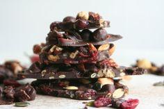 Zelf chocolade rotsen maken met pure chocolade, gedroogd fruit, noten en zaden. De verse peper maakt recept helemaal af.
