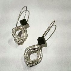 Pendientes realizados a mano en plata con una original textura y acabado pulido, combinados con un cubo de piedra volcánica  eltrebodle4@gmail.com