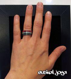 Tres anillos de acero independientes con cristales de tres colores, blanco, verde y rojo, simbolizan los colores de la Ikurriña. Puedes ponerte los tres, o combinar cada uno de ellos independientemente. El precio incluye los tres anillos.    También puedes recogerlo en nuestra tienda en Bilbao.    Venta exclusiva en Nagare Complementos.    Si deseas mas información sobre Euskal Joya puedes ponerte en contácto con nosotros a través de euskaljoya@gmail.com  P.V.P.: 25€