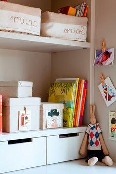 00342671. Detalle de estantería con libros y cajas en dormitorio infantil_342671