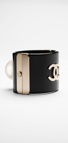 Resin cuff with a pearl - CHANEL