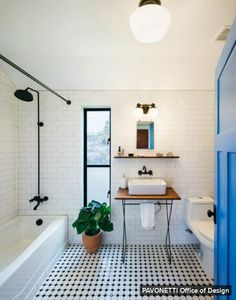 Salle de bain noir et blanc épurée
