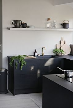 How to Design Kitchen Pantry Bold, matt and full of love for great design: black and white modern kitchen inspiration. // Strong, matt and full of love for design: kitchen inspiration for modern kitchens in black and white. Black Kitchen Cabinets, Kitchen Cabinetry, Black Kitchens, Cool Kitchens, Kitchen Black, Small Kitchens, Wood Cabinets, White Cabinets, Kitchen Countertops