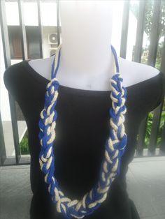 kalung dari bahan sumbu lalu di pilin dengan 2 warna biru tau dan krim  dipermanis dengan pengait  silver