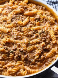 Creamy Beef Pasta Recipe is an easy pasta dish that is perfect for weeknight din.Creamy Beef Pasta Recipe is an easy pasta dish that is perfect for weeknight dinners. It's made in 30 minutes or less and is cheesy, and packed with flavor! Chicken Enchilada Pasta, Italian Chicken Pasta, Beef Pasta, Pasta Food, Pasta Bar, Garlic Butter Pasta, Butter Chicken, Garlic Bread, Pasta Facil