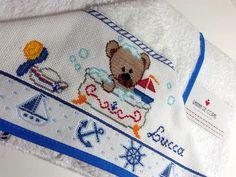 Para completar o enxoval do bebê ou presentear aquele anjinho que está por vir!    Linda toalha de banho com capuz para bebê bordada em ponto cruz (marca Dohler, ótima qualidade!). Com tema, nome e cores a escolha do cliente.  Entre em contato para tirar suas dúvidas e faça seu pedido! Christmas Crochet Patterns, Cross Stitch Baby, Lucca, Coin Purse, Snoopy, Handmade, Crossstitch, Hooded Bath Towels, Baby Washcloth