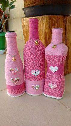 icu ~ Pin on boteñas decoradas ~ This Pin was discovered by Damaris Farrier. Glass Bottle Crafts, Wine Bottle Art, Painted Wine Bottles, Diy Bottle, Glass Bottles, Yarn Bottles, Decorated Wine Glasses, Bottle Centerpieces, Jar Art