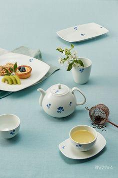 한국 대표 명품 도자 브랜드 광주요가 '참꽃마리 시리즈'를 온라인 단독으로 선보인다.  '참꽃마리 시리즈'는 백자의 절제된 형태 위에 우리나라 산과 들에서 쉽게 볼 수 있는 야생화 참꽃마리의 문양을 단아한 청화로 나타낸 제품이다. Tea Pots, Tableware, Dinnerware, Tablewares, Tea Pot, Dishes, Place Settings, Tea Kettles