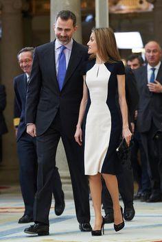2015 - Spanish Royals attend 'National Culture Awards' - dress by Carolina Herrera Nice Dresses, Casual Dresses, Casual Outfits, Hollywood Fashion, Royal Fashion, Ukraine Girls, Estilo Real, Viscose Dress, Fashion Couple